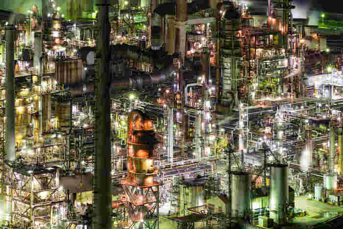 有田市の工場夜景スポットの中でも特に人気があるのは東燃ゼネラル石油和歌山工場です。複雑に入り組んだ幾本ものパイプは、まるでSF映画に出てくる巨大な要塞のようです。