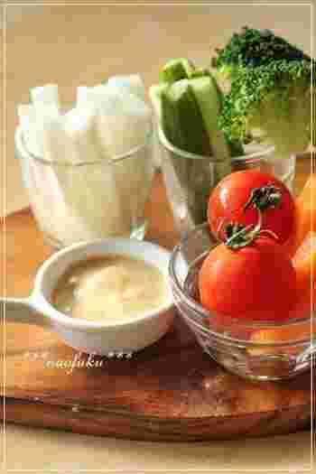 柚子胡椒がピりときいた和テイストなディップ。 生野菜は勿論、蒸したお芋やかぼちゃなど温野菜、さらには、鶏肉などにも良く合います。 是非、お家にあるお野菜や色々な具材で楽しんでみて下さいね!