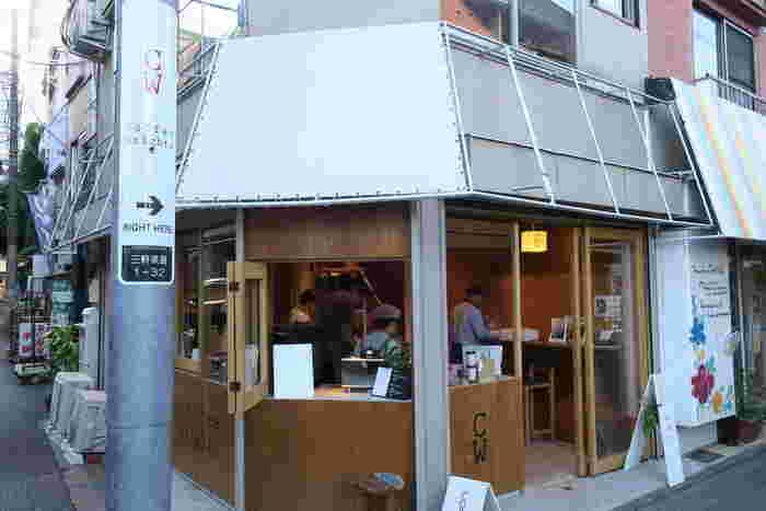"""三軒茶屋駅から徒歩3分。店名は""""コーヒーを作る人""""という意味を持つ「Coffee Wrights(コーヒー ライツ)」です。豆を購入する人も「コーヒーを作る人」の一部と考えるこのお店では、開放的な1階部分にカウンター席と焙煎所があります。"""