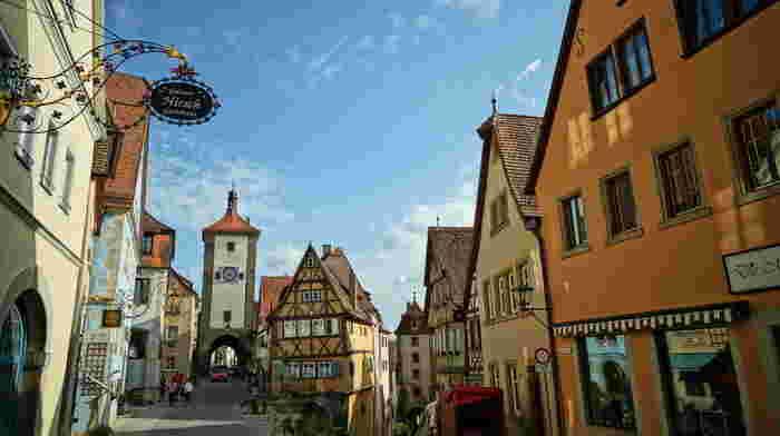 まさに「メルヘンな街」の王道と言っていいほどかわいらしい街並みの「ローテンブルク」。ドイツの観光街道、ロマンティック街道の人気の名所でもあります。石畳の道にオレンジや水色などの壁と木枠がかわいい家々。鉄細工の看板も魅力的です。