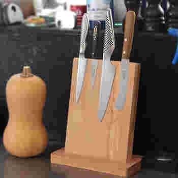 包丁をおしゃれに収納したい方におすすめの商品です。木製のスタンドの中にマグネットが入っていて、包丁がぴたりと張り付きます。使いたい時にすぐ取れて、実用性もばっちり!