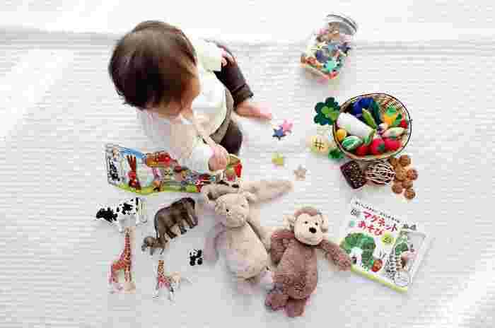絵本は赤ちゃん時代は絵を見ながら楽しむことで五感を養い、少し大きくなってからは読み聞かせなどで言葉や数を覚え、大人になってから時々開けば忘れかけていた気持ちや新しい気づきを得たりと、生涯を通してずっと楽しめるよさがあります。お洋服はいずれ着られなくなってしまいますが、絵本はずっと手元に残るもの。何かと忙しい出産後は、絵本を購入する機会も減るのでプレゼントとして喜ばれる傾向があります。