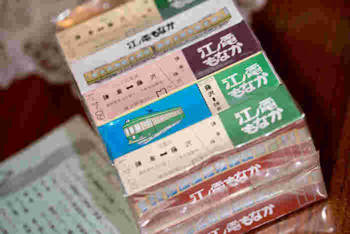 江ノ電の江ノ島駅から歩いて3分ほどのところにある扇屋の「江ノ電もなか」は、たびたびメディアでも紹介される人気の和菓子。青電、赤電、新電、チョコ電、江ノ電の5種類あり、それぞれ違う餡が入っています。昔懐かしい切符が描かれた箱もステキ。詰め合わせのセットでも、ひとつずつ配っても喜ばれるお土産です。