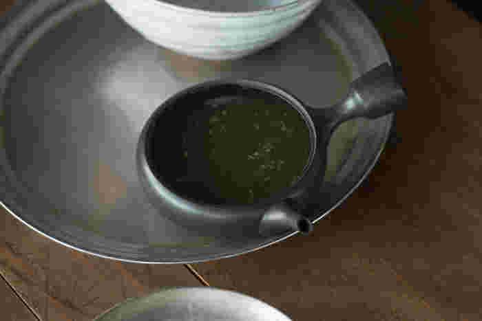 お湯を注いだら、一旦静かに待ちましょう。一般的な緑茶は茶葉が開くまで、約40秒ほど。玉露を淹れる場合は、低い温度のお湯を使うので、さらにゆっくり2分ほど時間をかけた方が美味しくいただけます。