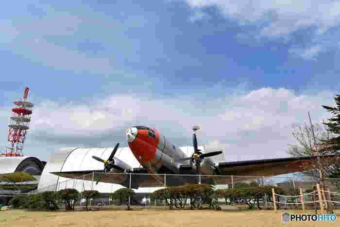 同じ敷地内にある「所沢航空発祥記念館」にもぜひ足を運んでみましょう。第一線で活躍していた航空機やヘリコプター、グライダーなどを多く展示されていて見ごたえがあります。