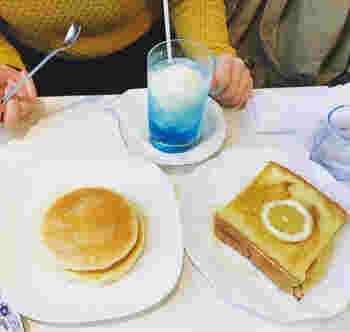 「ワンモア」の看板メニューといえば、このブルーが美しいクリームソーダ。そしてレモンが効いたフレンチトーストと、シンプルなのに味わい深いホットケーキです。ぜひお友達とシェアして両方食べてみてください。見た目の可愛さも大満足!