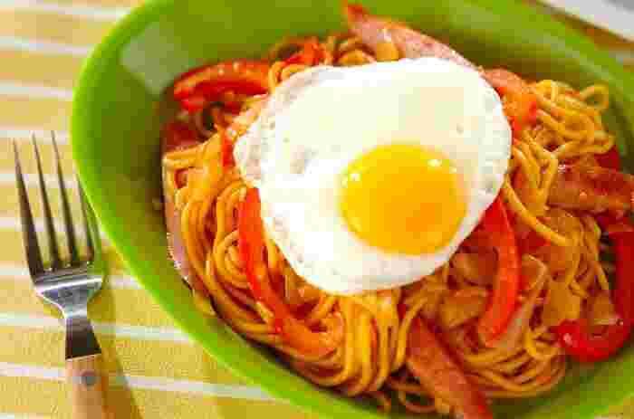 インドネシアの焼きそば「ミ・ゴレン」をおいしく手軽にアレンジ。目玉焼きをのせると、より現地っぽい気分が盛り上がります。