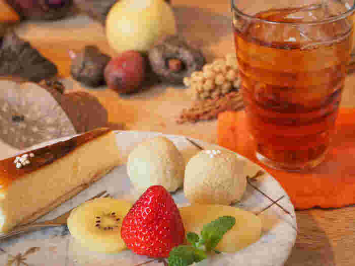 こちらはコース料理のデザート。注目はお皿の奥にコロンと二つ並んでいる、婿だましを使った粟餅「粟生(あわなり)」(要予約)です。婿だましは「婿さまが米の餅と間違える」という謂れもあるほど色白で粘りが強く、ツブツブの食感も楽しい粟の最高品種。この婿だましで白大豆と宇陀大納言の上品な甘さのあんを包んだ粟生は、こちらのお店ならではの和菓子です。