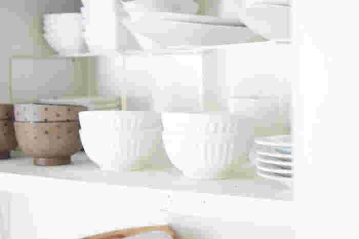 茶碗を収納するときは、種類ごとにまとめて、重ねる数を多くしすぎないのがコツ。 奥にはコの字ラックを並べると他の食器も取り出しやすく、スペースを有効活用できます。