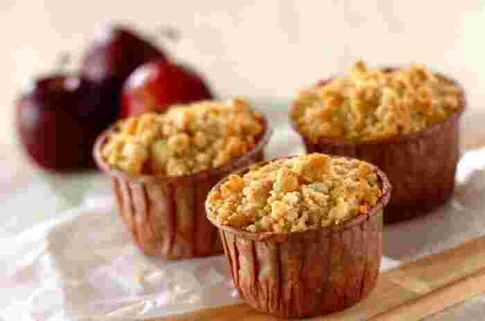 シナモンパウダー、米粉、アーモンドプードル、薄力粉、豆乳、きび砂糖、リンゴなどで作る、クランブルマフィン。イギリス発祥のクランブル料理は、果物などにポロポロ崩れる細かい生地をトッピングして焼いた、甘くてサクッとした食感が特徴のデザートです。こちらのマフィンもたっぷりのリンゴが使われていて、食感も風味も抜群のマフィンに仕上がります。
