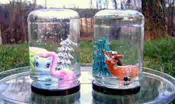 空き瓶やグラスなど、クリアなガラスならなんでもスノードームに使えそうです。