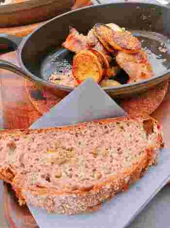 メインディッシュは、チキンやポークなどお肉が中心で、どれも本格的。パンorライスが選べます。