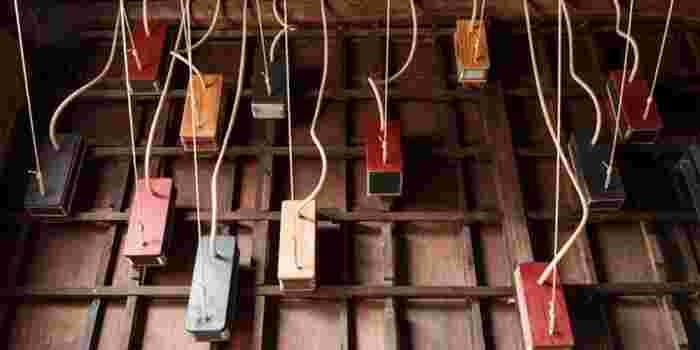 かつて板金屋が暮らしていた空家に、ベルやベルを空に飛ばすための不思議な道具をつくっている職人を想定した仕事場を創った作品。ベルの音で集落と家をつなぎ、見えない人々の気配を感じさせるインスタレーションです。