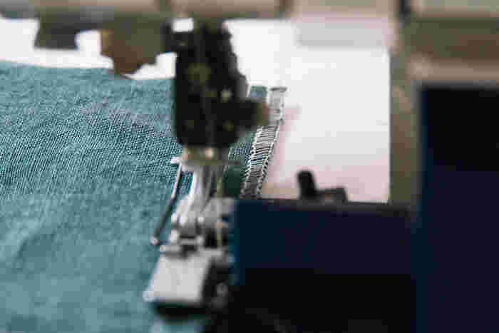 内側のほつれ止めに、縫い代を2枚一緒にジグザグミシンまたはロックミシンをかけます。