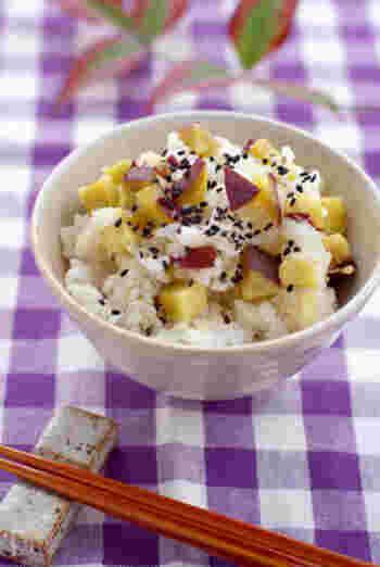 米を炊くときに日本酒と塩を加えて、上から昆布とさつまいもをのせてスイッチを入れればOK。炊飯器の設定を『おこわ』のモードにするとベタベタしないで美味しく炊き上がります。