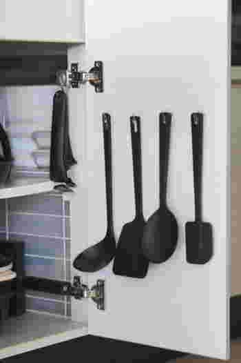 ニトリのシールフックを貼って、キッチンツールを引っかけています。これなら磁石がくっつかない場所でも手軽に取り入れられます。