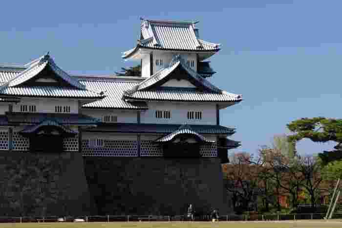 金沢城二の丸の中で最も高い建物となっている菱櫓は、名前の通り、菱の形をした建築物です。千鳥破風の屋根と灰色の平瓦と白漆喰のコントラストが美しい海鼠壁は、金沢城ならではの外観で、数多くある日本の他の城ではあまり見られないものです。