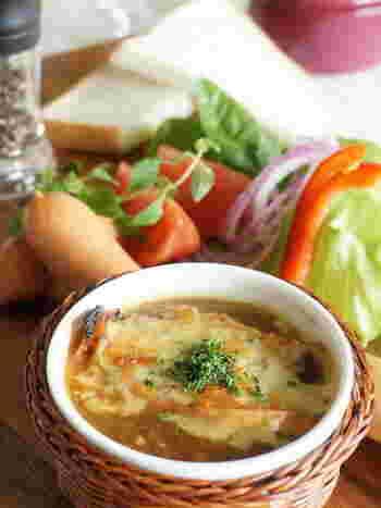 そのままでも十分おいしいオニオングラタンスープですが、アレンジを加えると新鮮なおいしさに出会えそう!こちらは、風味豊かなパルミジャーノを使っています。