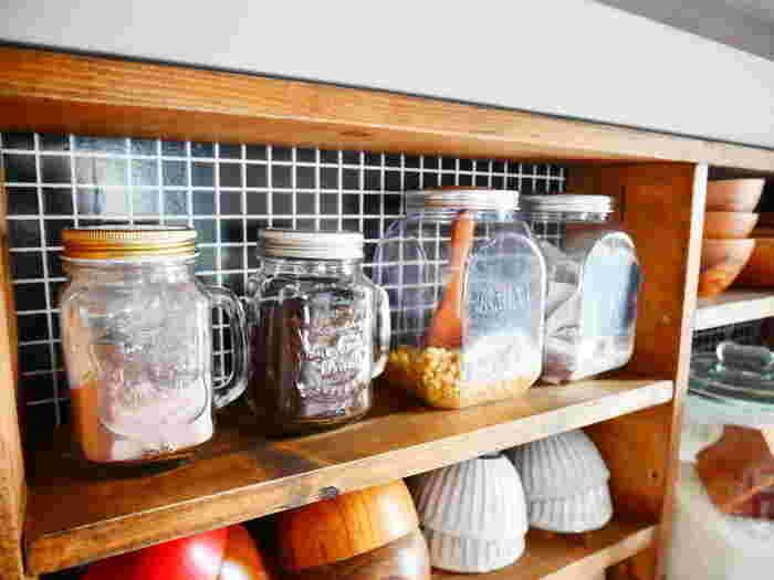 キッチン棚にタイル風のリメイクシートを使っています。一部に貼るだけでもインテリアのアクセントになります。