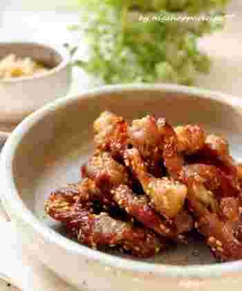 胡麻が香ばしいカリカリの豚のから揚げに隠し味で醤油麹を加えています。冷めてもおいしいのでお弁当にぴったりです。