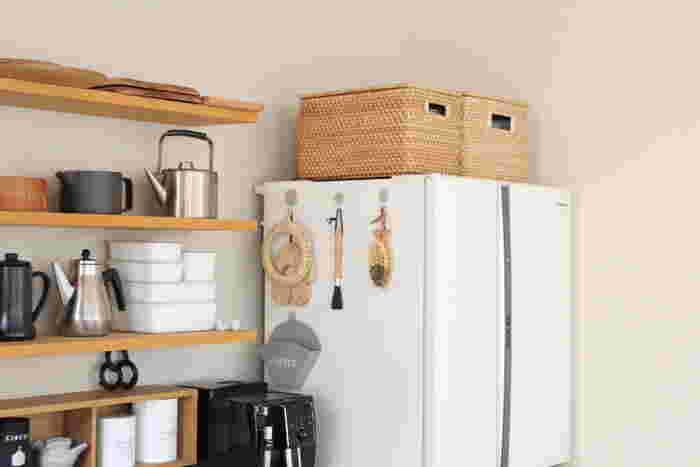 蓋付きのかごは冷蔵庫上の収納にもおすすめです。持ち手付きの収納かごなら、上げる・下ろすの作業もスムーズですね♪