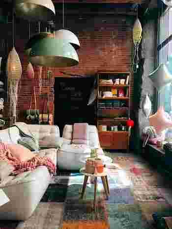 まずは全体のお部屋を見まわして、見直しをしましょう。どんな家具、インテリアがあるのか把握して、同時に、必要・不要なものを確認しておきましょう。また、模様替えをした後のほうが使いづらくなった…なんてことがないように、導線も考えておかなければなりません。