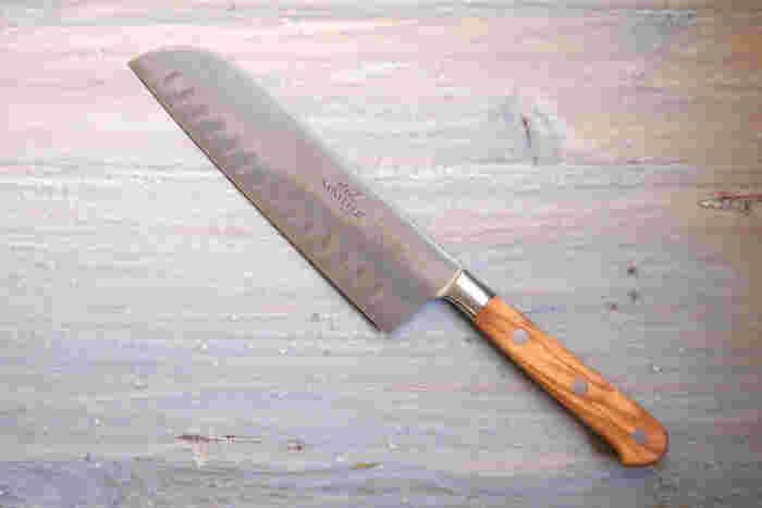こちらも金属を叩いて成形する「鍛造」で作られた三徳包丁。強度があり、食材の刃離れがとてもよく、お料理をする上でストレスなく毎日お使いいただける包丁です。