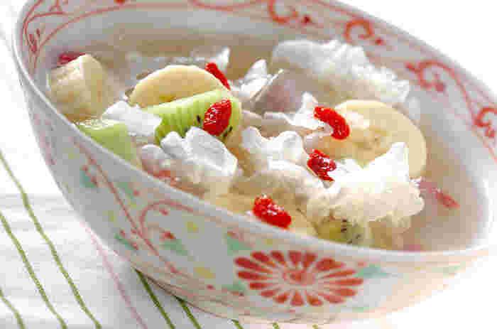 美しく繊細な見た目が印象的な白きくらげ。中華の高級食材で、輸入の乾燥品がほとんどのようです。そのルックスから、デザートに使われることが多いのが特徴。ちょっとユニークな甘味として、おもてなしやパーティーに登場させてみてはいかが?