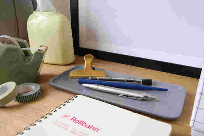 トレイを小物類の収納に利用するアイディアは、いろいろな場所で応用できます。例えばデスク上なら、文房具入れとして使うのもオススメ♪散らかりがちなデスクがキレイに片付きますよ。