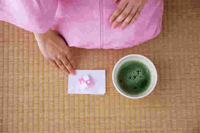 お茶席の様子。春限定の「momohana(モモハナ)」と(画像提供:UCHU wagashi)