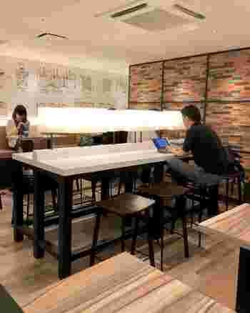 改札を出てすぐのところにある「GRAHM'S CAFE(グラムズカフェ)」はアクセスが良いので、出勤前や学校帰りに立ち寄る方も多いカフェ。ひとりで入りやすいので、お仕事や勉強もはかどりますよ。