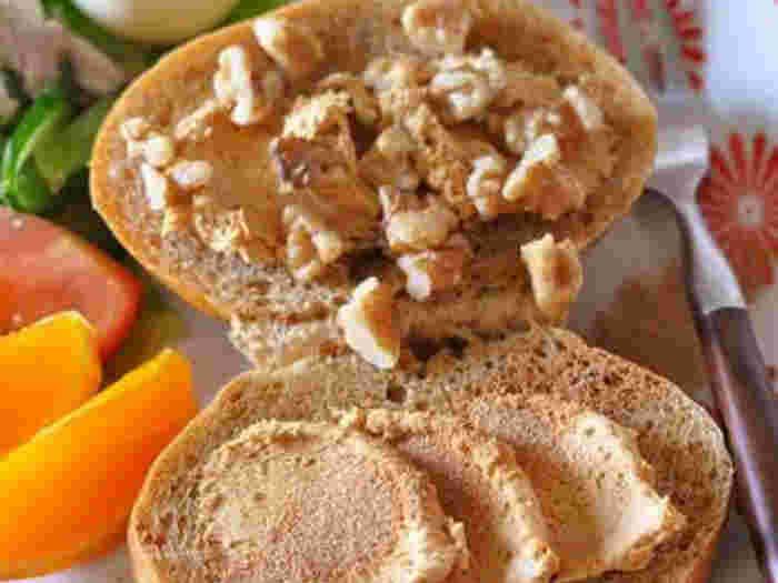 コッペパンに合いそうな、きな粉ピーナッツクリーム、クルミ、シナモンシュガーをたっぷり盛った、見るからに美味しそうなスイーツコッペパン。自分へのご褒美として、作りたくなるレシピかも。