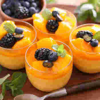 マンゴー好きにはたまらない、マンゴープリンのレシピです。濃厚な味わいの秘訣は水切りヨーグルト。生クリームを使わなくてもおいしく仕上げられます。冷凍マンゴーとマンゴーピューレを使うので材料も揃えやすいですよ。