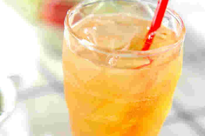 炭酸で割るアルコールは夏のパーティーにぴったりのドリンク。グラスを並べて一度に作れる手軽さが魅力です。こちらは梅酒と割るだけで出来る梅酒サワー。氷を浮かべるとさらに涼しげになりますね!