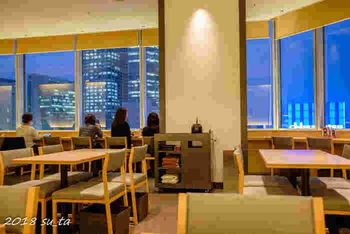 東京駅の八重洲口に直結する大丸東京店の10階にある「茶寮都路里 大丸東京店」は、京都・宇治の抹茶をふんだんに使ったパフェやあんみつなどがいただける人気のカフェ。日が暮れてライトアップされる街並みも素敵です。