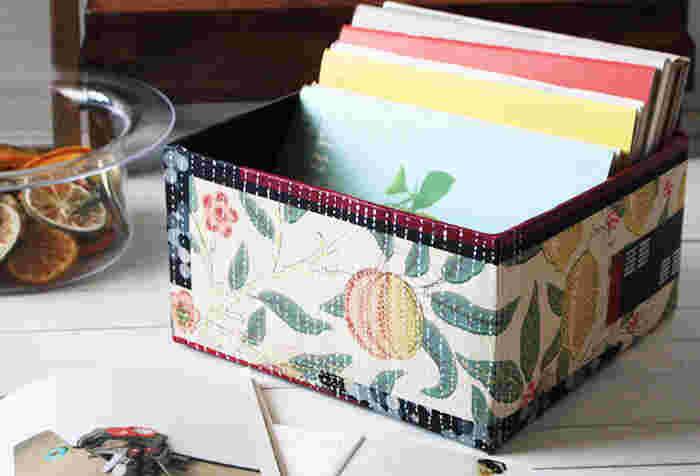畳んで捨ててしまうのが当たり前の梱包段ボールが、こんなにお洒落なボックスに大変身。 お気に入りの布で仕上げれば、お片付けもはかどりそう♪