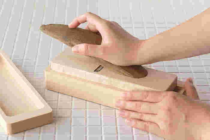 刃物の産地として有名な新潟県三条市にて、1946年から大工さんが使うかんなを作り続けてきた「台屋」が作る「鰹節削り器」。職人さんが手仕事で一つ一つ丁寧に作っているので、切れ味の抜群のうえに、切れ味が落ちにくいのも嬉しい特徴です。