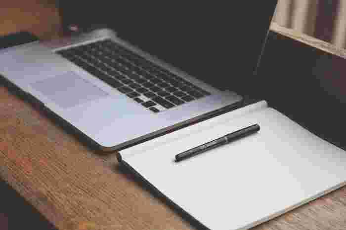 台割とは、各ページに何を掲載したいかの割り振りを簡単に書くものです。制作に入る前に、まず自分が持っているイメージを簡単に紙に書き出してみましょう。ページの見開きの枠線を書いて、各ページにどんなテーマを載せるか、写真をどこに置いて文章をどれだけ書くのかなど、大まかなイメージを書いていきます。まだ何もテーマが決まらないのであれば、スマホに入っているカメラロールやSNS、日記などを見返してみるのもおすすめです。