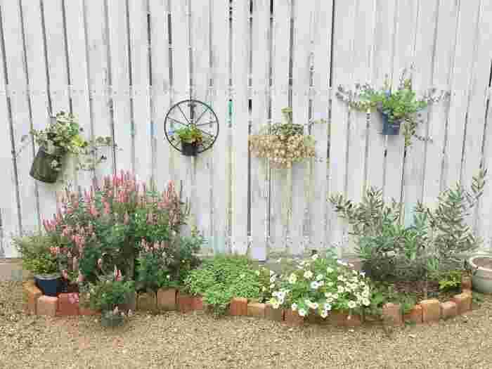 お庭の一部をレンガでぐるりと囲んで花壇を。直線ではなくアーチを描くようにレンガを並べると、やさしい印象になります。