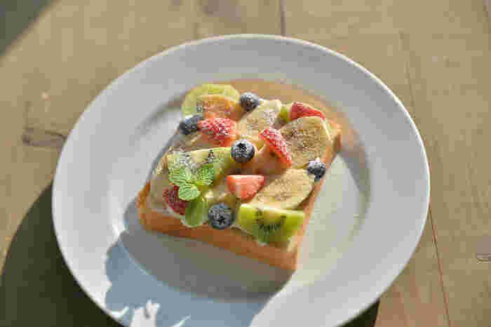 カフェタイム限定の「フルーツオープンサンド」もおすすめです。お店自慢の食パンに、特製あんことたっぷりの生フルーツ、さらに黒田養蜂園さんの蜂蜜の組み合わせは、思わず笑みがこぼれるおいしさです。