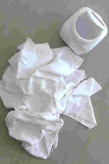 使い終わったタオルを小さくカットしたウエスの収納に、キャニスターを使っています。ウエットティッシュのようにサッと取り出せて拭けるので、手に取りやすいところに置いておくと使い勝手がアップします。