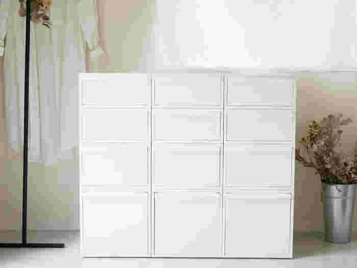 クローゼットにスッキリ収まる奥行き約52cmの引き出し収納です。シンプルなデザインで、クローゼットの中だけでなくリビングや子供部屋の収納にも使えそう。深さは3種類から選べて、白と黒の2色展開です。