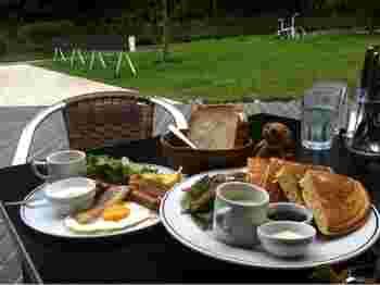 いくつかのレストランでは朝食をいただくこともできます。 こちらは「ベーカリー&レストラン 沢村」さんのメニュー。 高原の澄んだ空気の中でいただく朝食は格別です。
