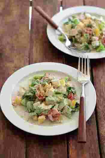 リーフレタス、アボカド、パプリカ、ミニトマト、紫玉ねぎ、野菜だけでもこんなに沢山の種類が入ったチョップドサラダ。ナッツ&フライドオニオンなどを入れると、食感が楽しくなります!コブサラダならではのクリーミー感も感じられるごちそうサラダです。