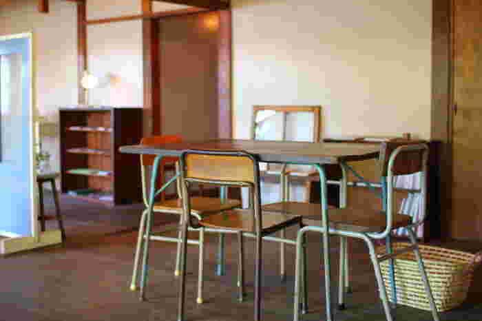 店内には、店主がこだわりを持ってリペアしたテーブルや古時計、いすなどが使われており、古いながらも、その温もりに心が満たされていきます。