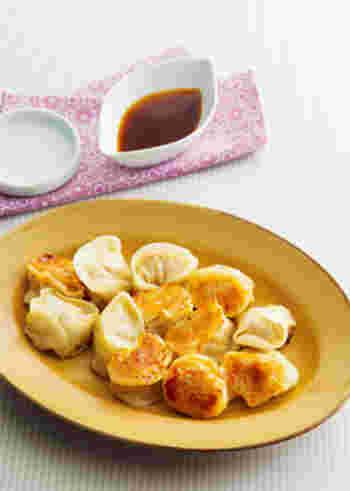 野菜を使わず、あえて肉のみで作る餃子。鶏ガラスープをゼラチンで固めたゼリーを入れることで、口に入れた瞬間、うまみがあふれ出します。