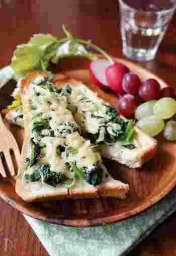 パン派のひとは、ほうれん草とシラスのチーズトーストでカルシウムいっぱいの一品を。ケチャップやマヨネーズなど、パンやサンドイッチと合わせる定番の調味料がなくても美味しくいただけますよ♪