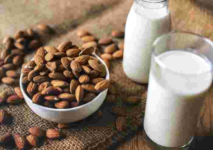 アーモンドはビタミンEが多く含まれることで知られるナッツ。抗酸化作用で知られるビタミンEは、健康や美容に嬉しい成分ですね。そのほかにはオレイン酸、ビタミンB2、食物繊維や鉄分も見逃せません。手に入りやすい身近なナッツの一つなので、ナッツスイーツ作りのデビューにもおすすめ♪