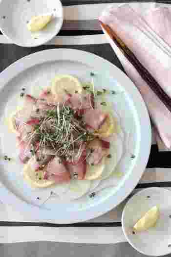 ブリ×大根の冬の味覚コンビをカルパッチョに仕立てて。塩とレモンで〆て、シンプルにブリの美味しさを味わいましょう♪