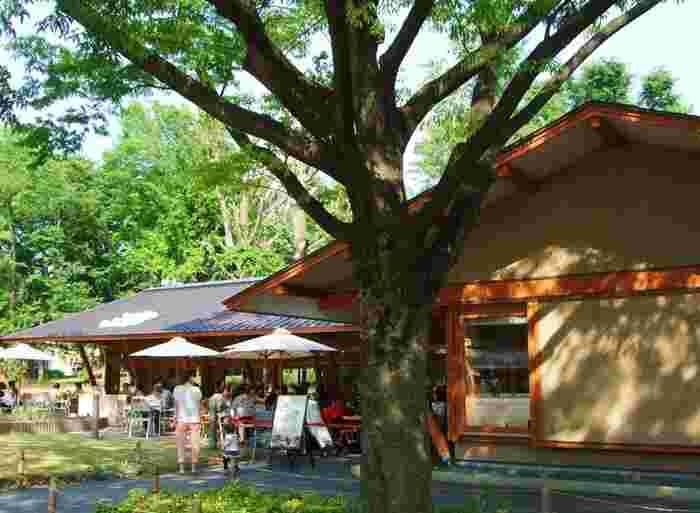 その名の通り、上野公園にあるカフェはいつも大勢のお客さんでにぎわう人気店。公園に入ってすぐ見えるので、待ち合わせにも便利です。